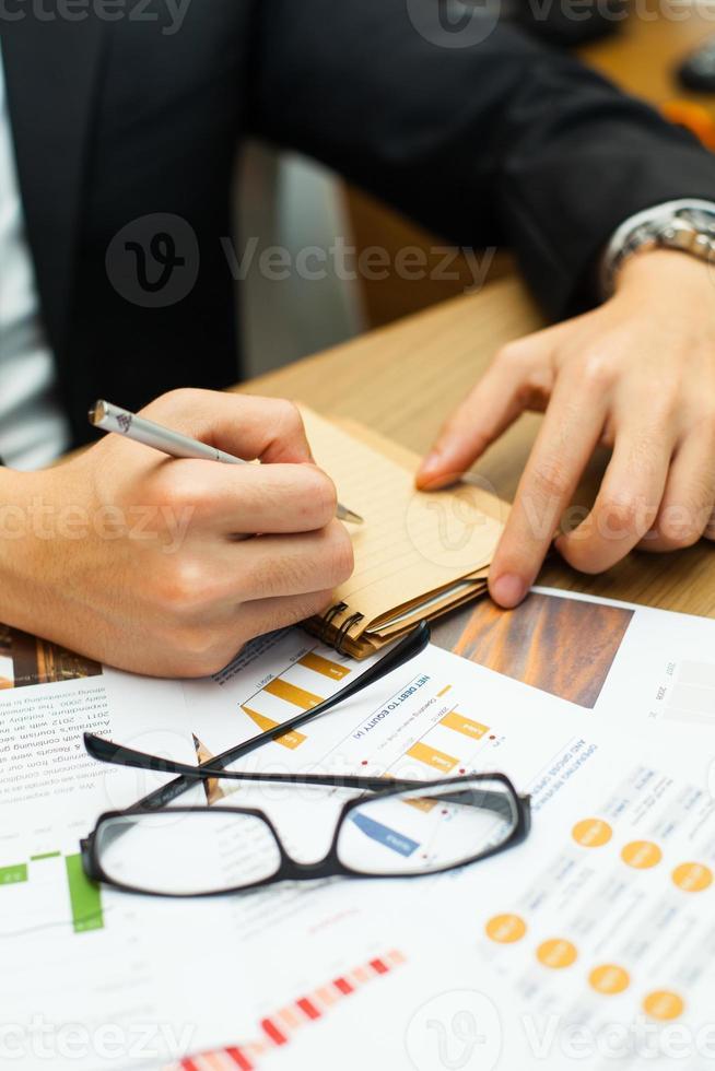 zakenman die nota neemt. foto