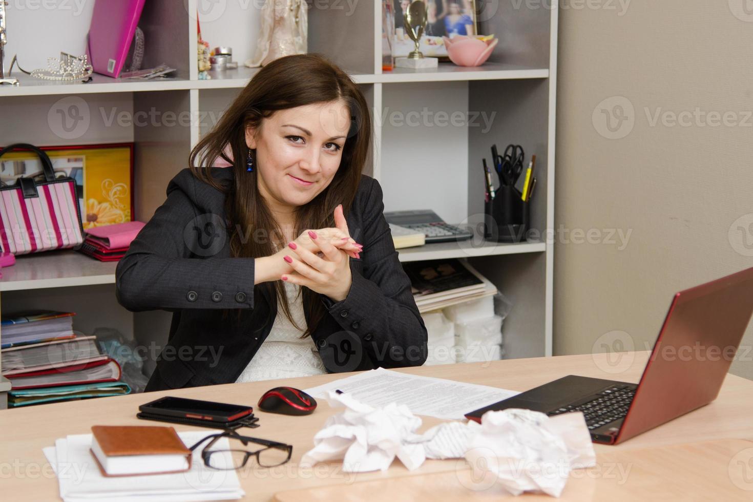 meisje het kantoor in handen een stuk papier verkruimelen foto