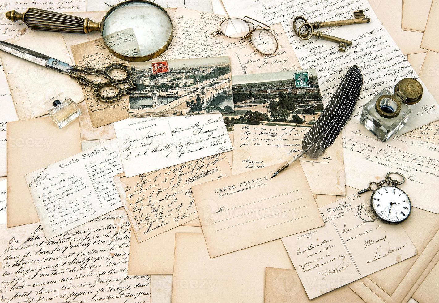 oude handgeschreven franse brieven en ansichtkaarten, vintage kantoor acc foto