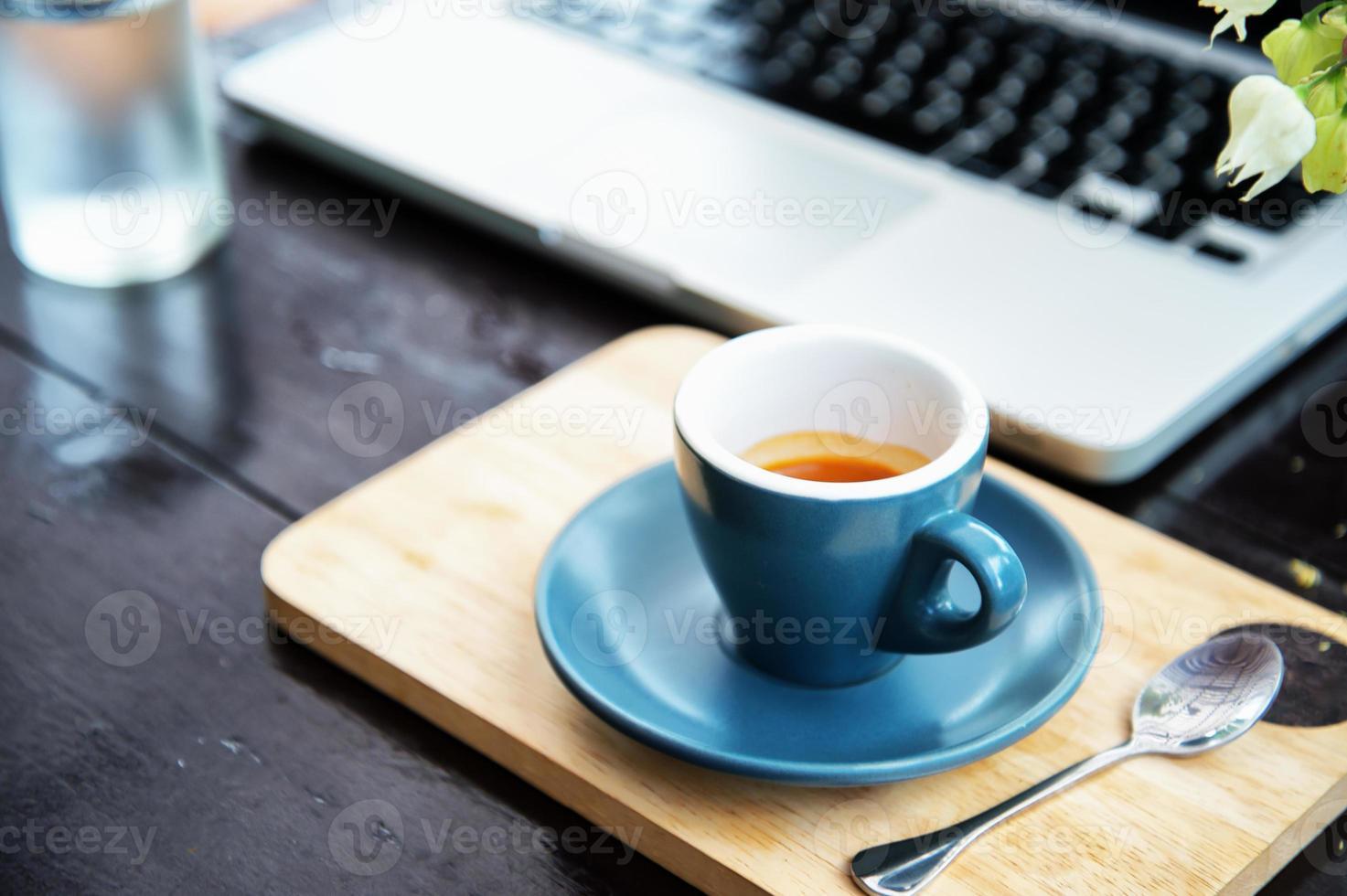 werktijd. warme koffie, espesso met laptop. bedrijfs concept foto
