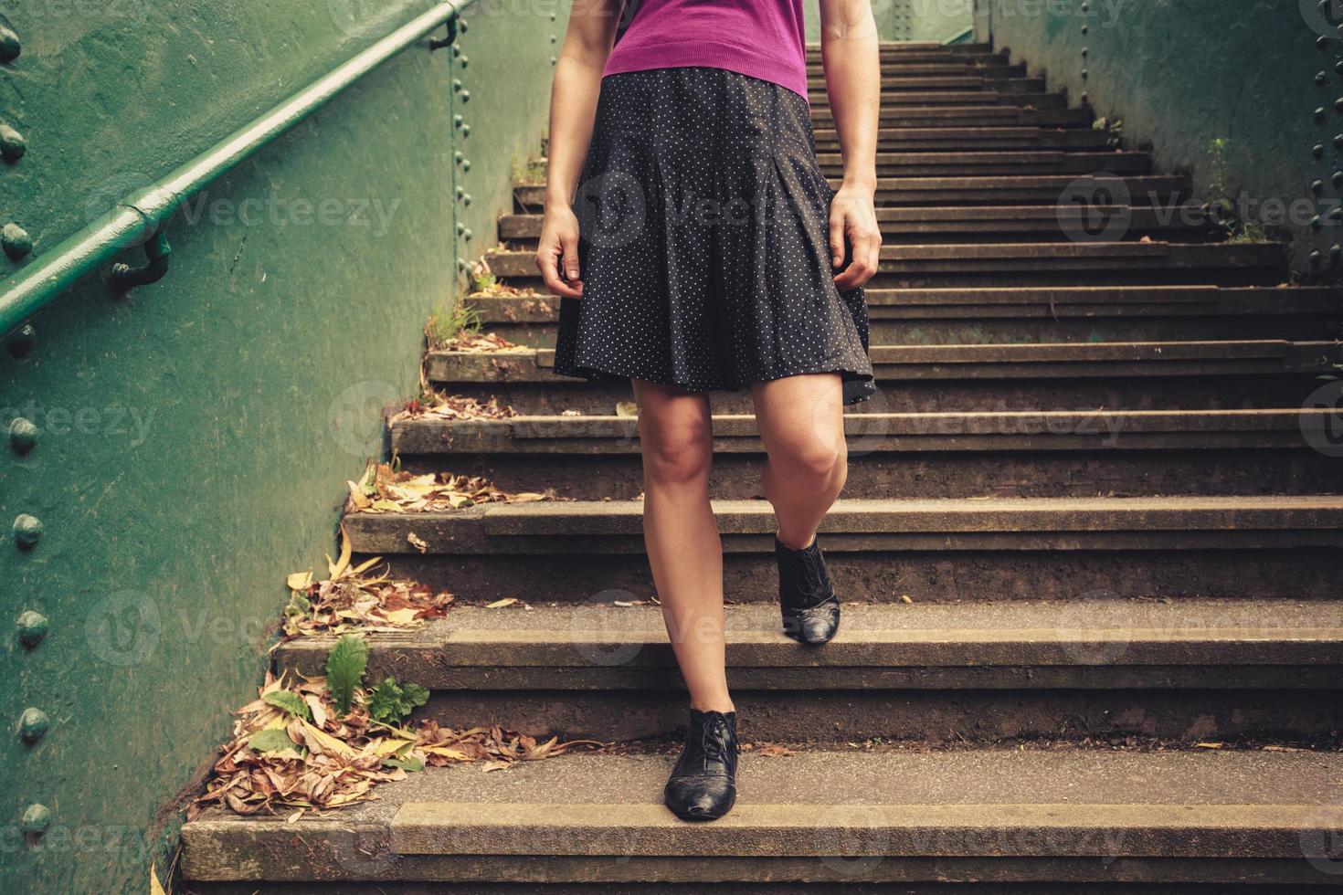 jonge vrouw trap aflopen foto