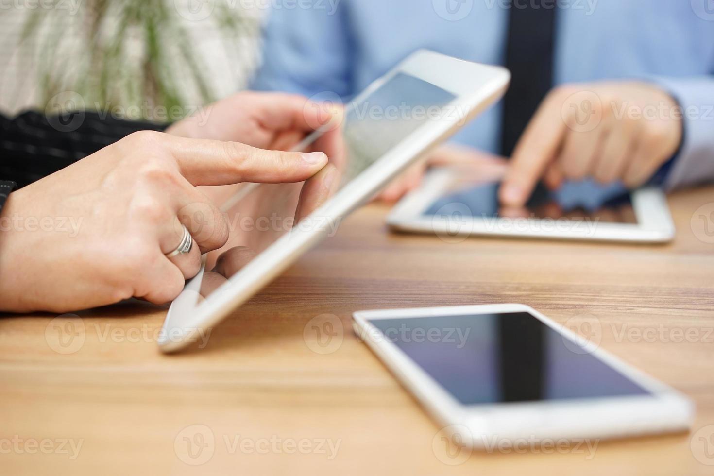 zakenman en zakenvrouw gebruiken tabletcomputer op kantoor foto