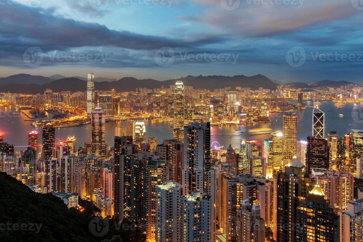 skyline van hong kong's nachts. foto