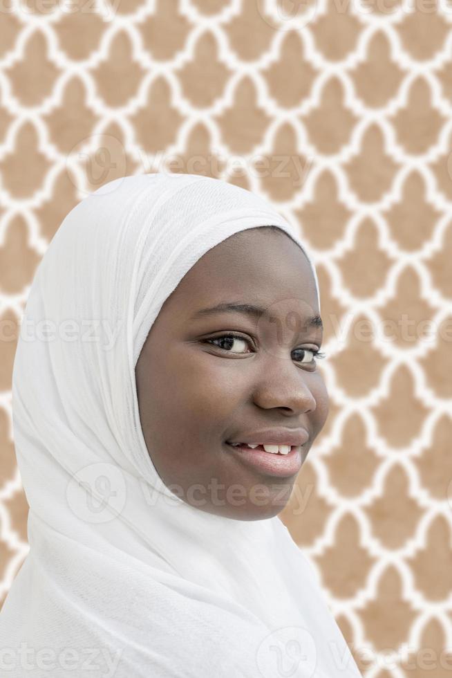 Afro kind gekleed voor een religieuze viering foto
