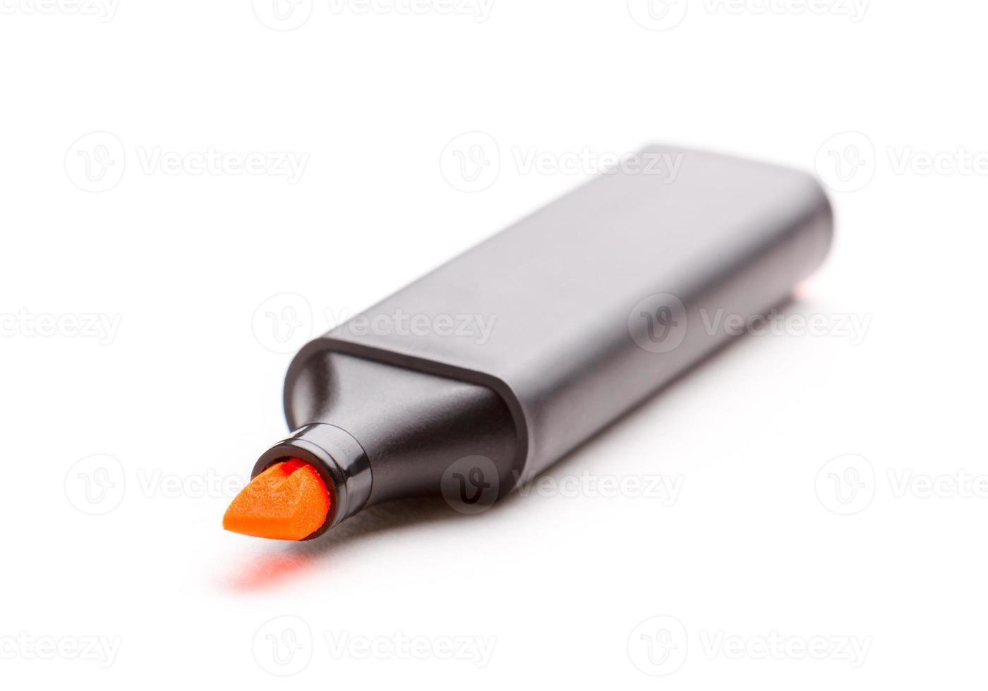 oranje markeerstift die over wit wordt geïsoleerd. foto