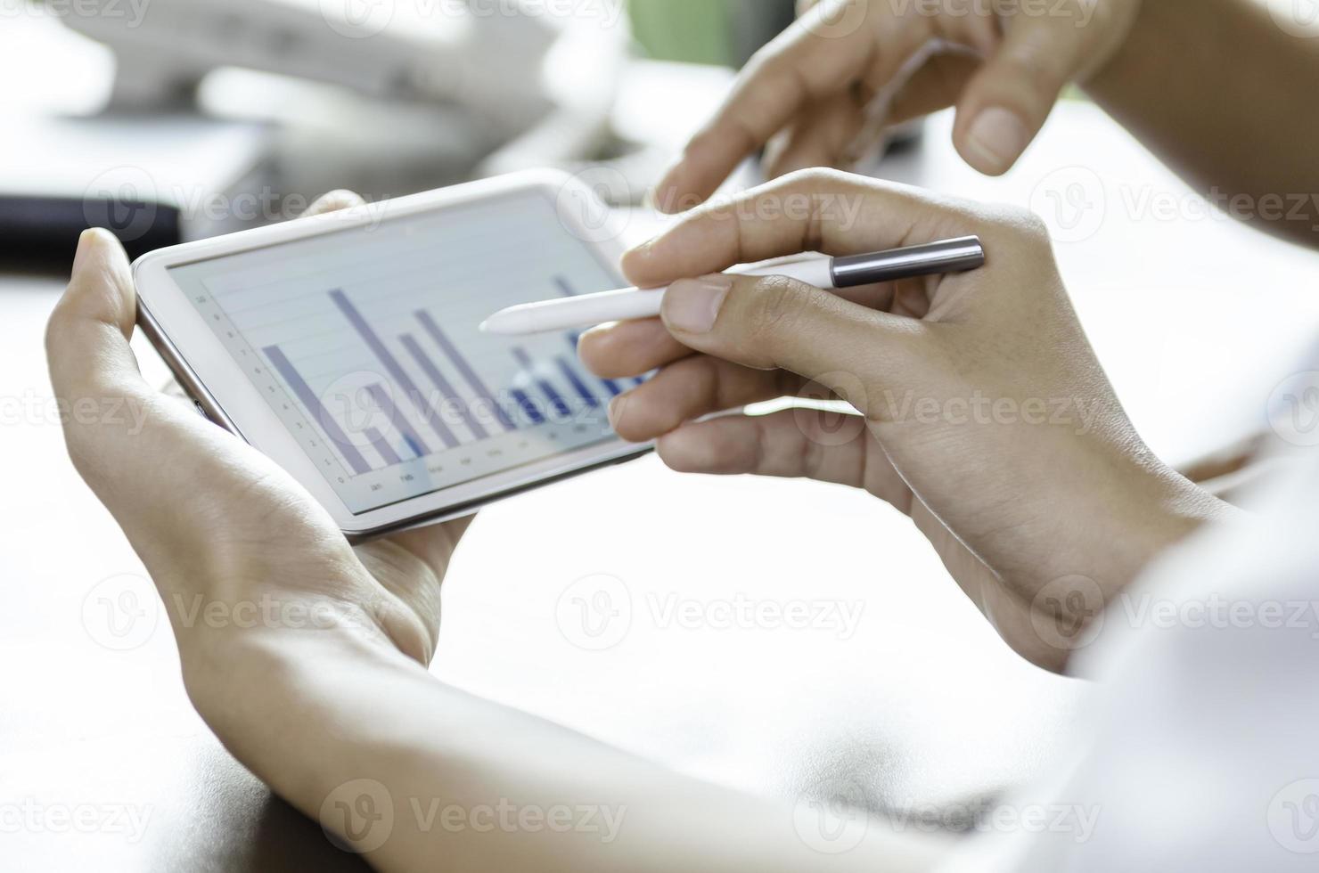 vrouwen met behulp van tablet met stylus pen foto