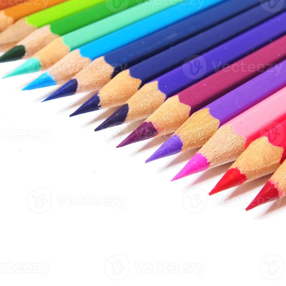 veelkleurige potloden geïsoleerd op een witte achtergrond foto