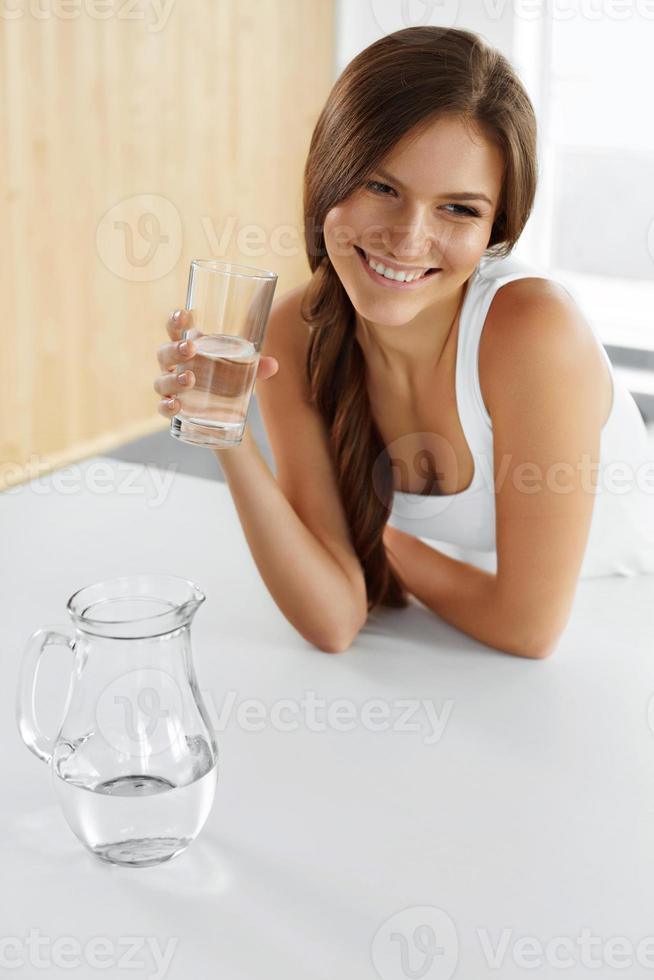 schoonheid, dieetconcept. gelukkig lachend vrouw drinkwater. Gezondheid foto