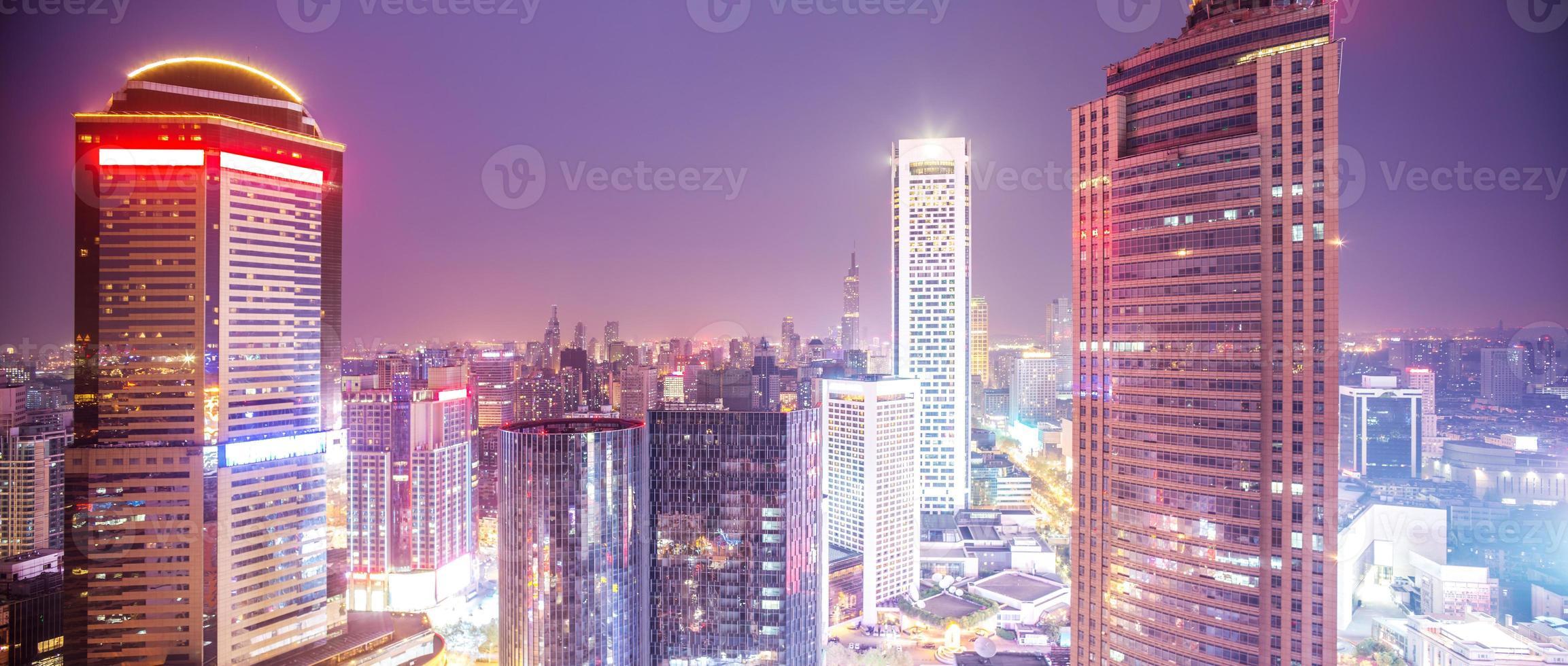 panorama van de moderne stad bij avondschemering foto