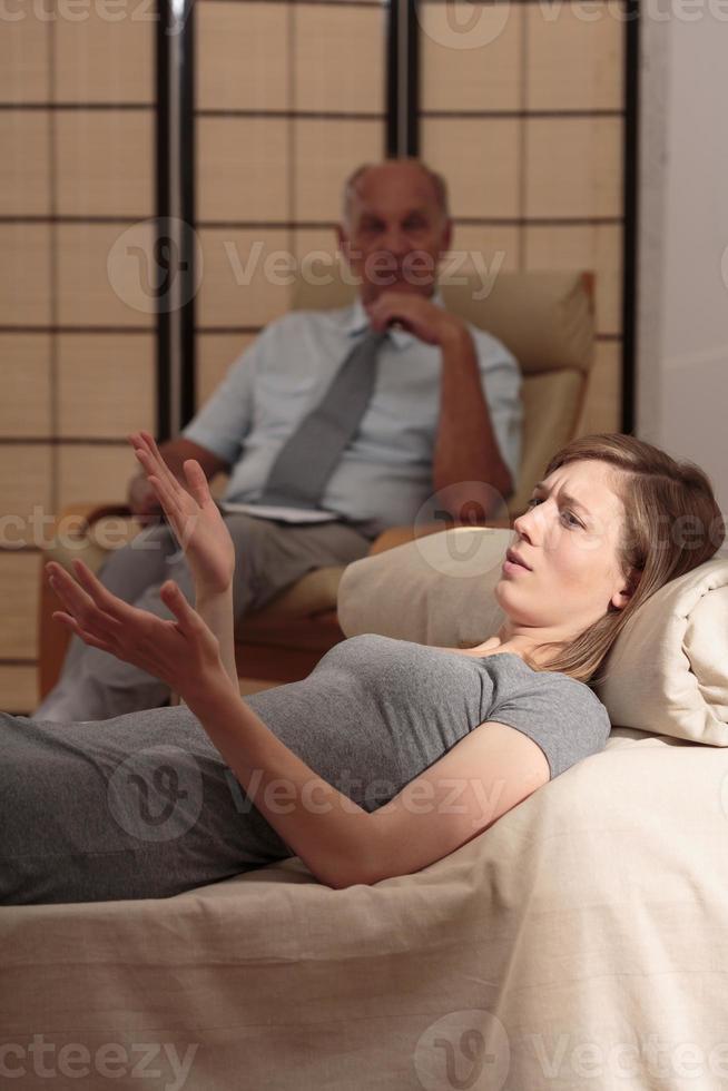 jonge vrouw die lijdt aan stress foto