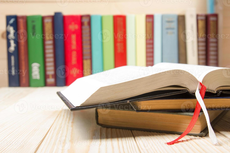 open boek, hardback boeken op houten tafel foto