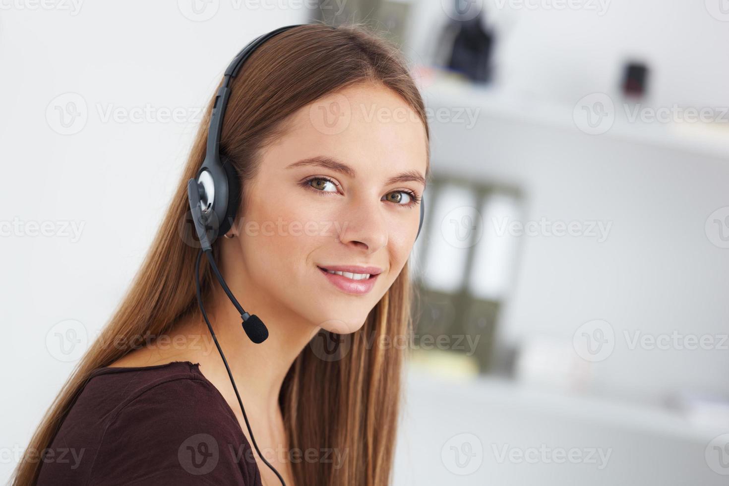portret van gelukkige jonge ondersteuning telefoonexploitant met hoofdtelefoon. foto