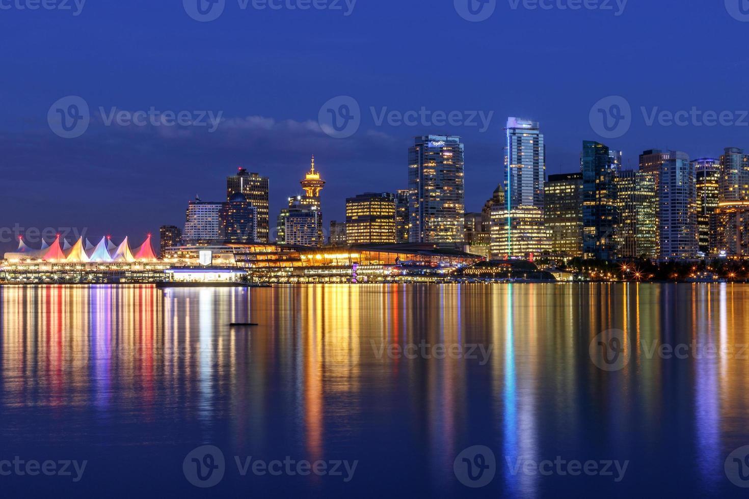 vancouver skyline in de schemering foto