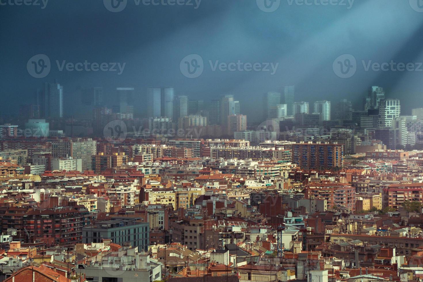 donkere wolken boven de skyline van barcelona foto