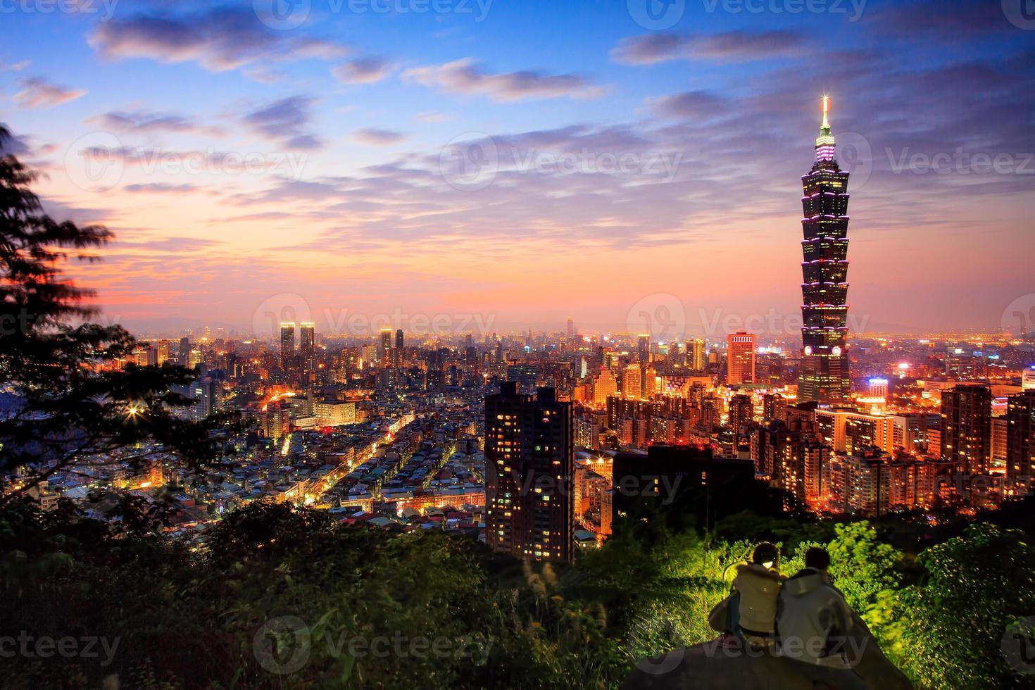 landschapsmening van de stad van Taipeh bij schemer foto