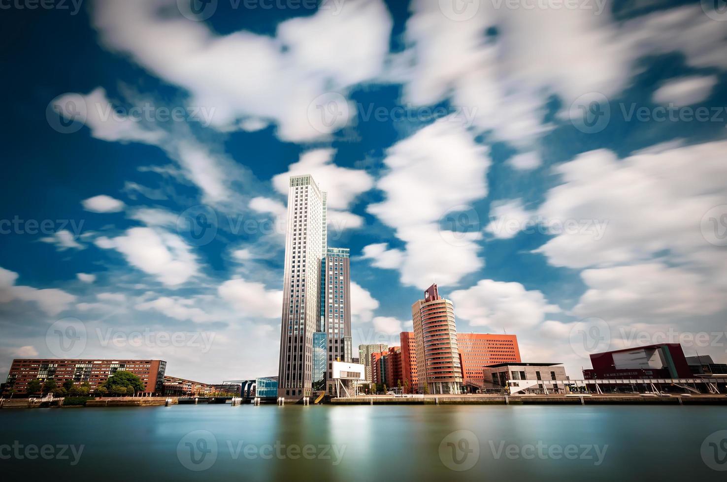 rotterdam met een typische wolkenkrabber aan het water foto
