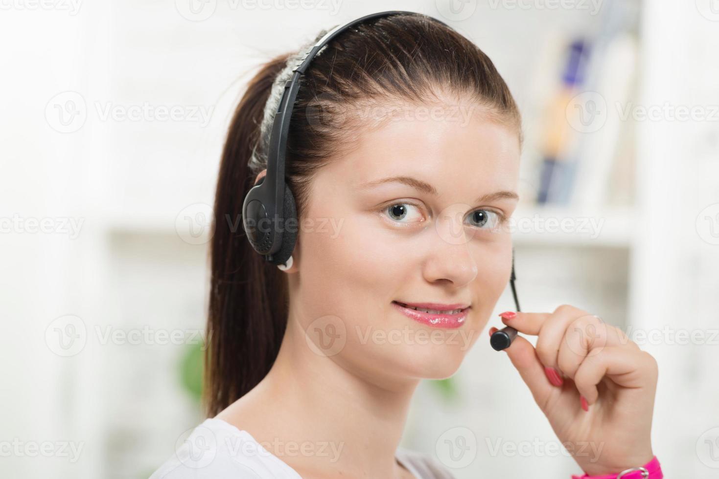 mooie jonge vrouw met een headset foto