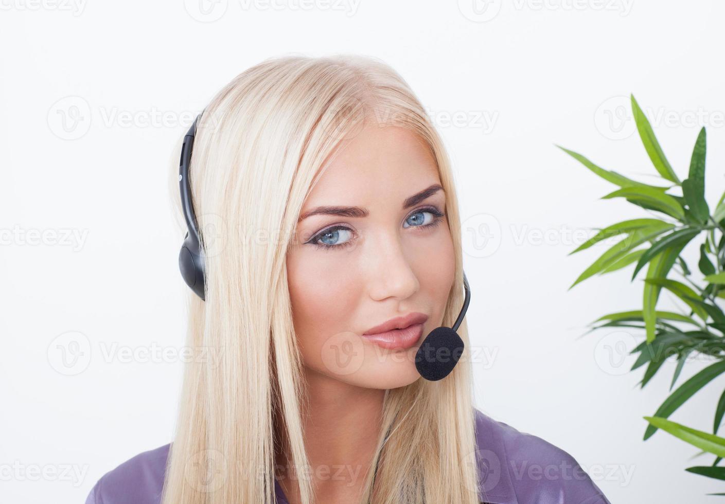 mooie blonde, vrouwelijke klantenservice operator met hoofdtelefoon foto