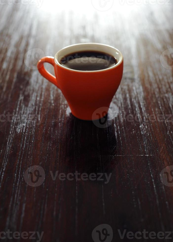 oranje mok met koffie op tafel, helder beeld foto