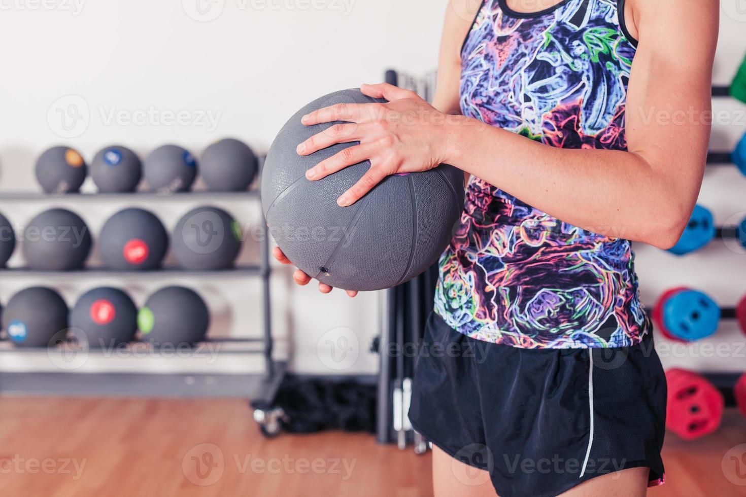 jonge vrouw met medicijnbal foto
