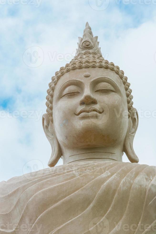 Boeddha status op blauwe hemelachtergrond foto