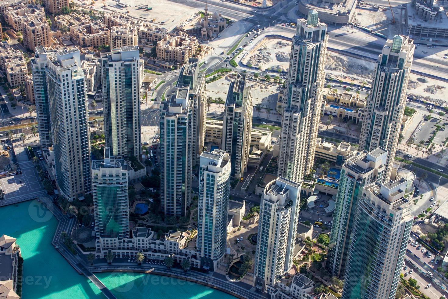 wolkenkrabbers in de buurt van de Burj Khalifa-toren foto
