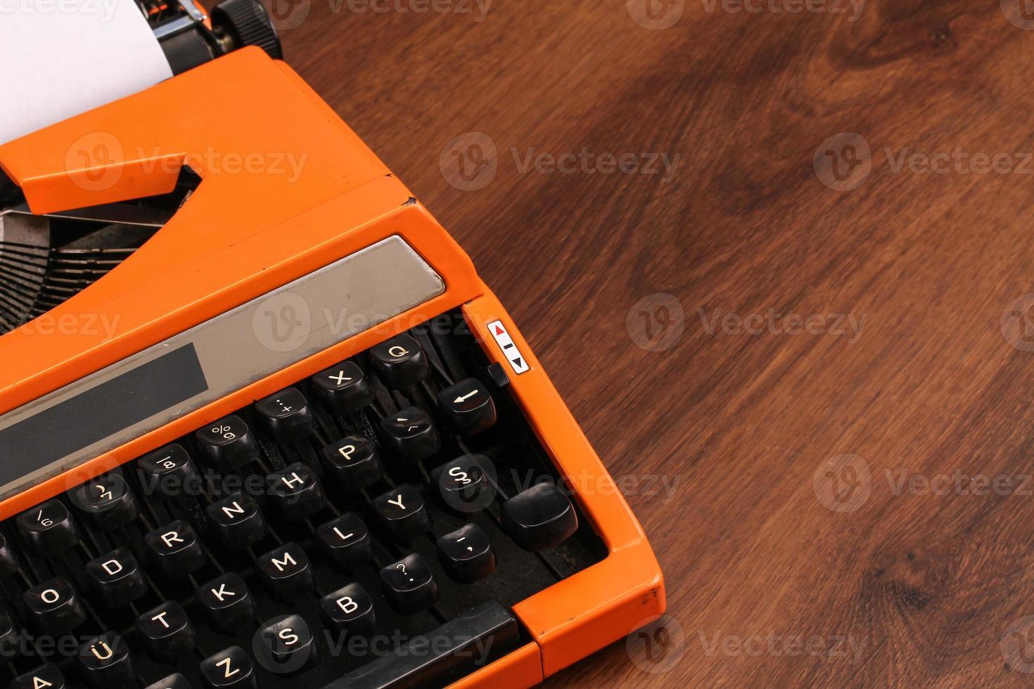 oranje vintage typemachine op het hout foto