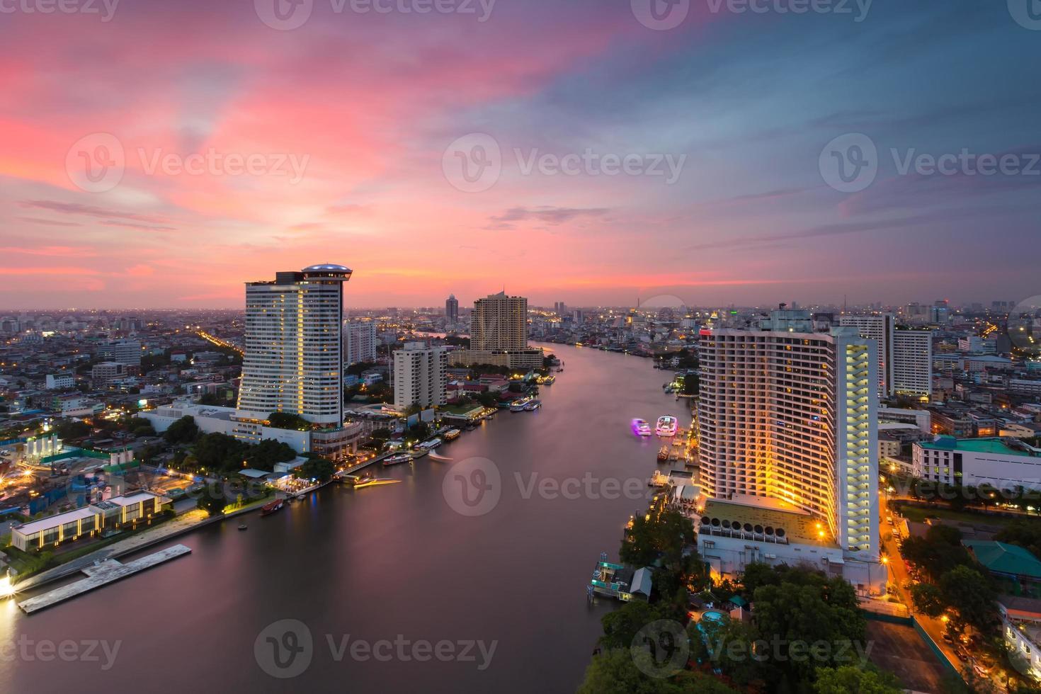 bangkok uitzicht op de rivier in de schemering (thailand) foto