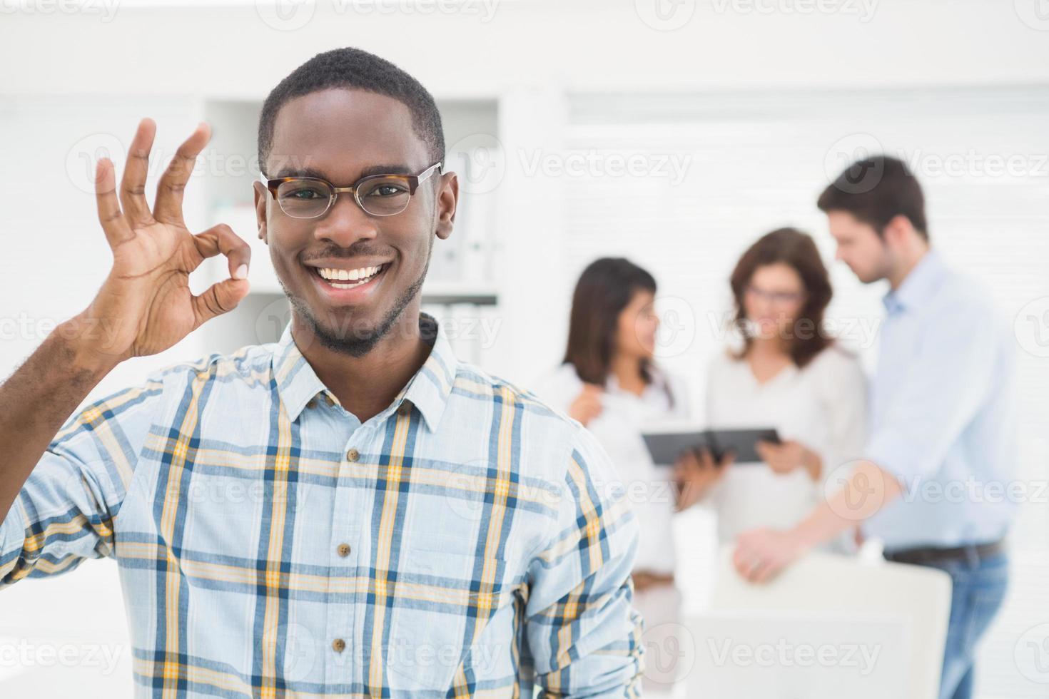 positieve zakenman oke gebaar maken foto