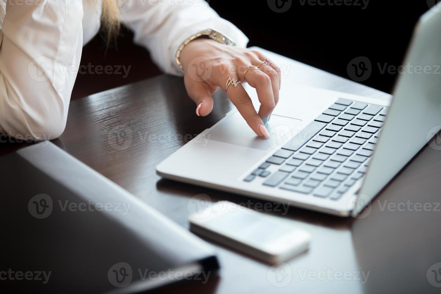 handen op touchpad foto