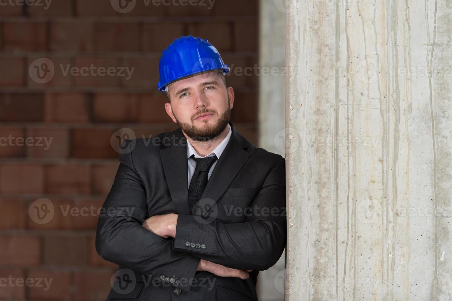 portret van vertrouwen jonge architect foto
