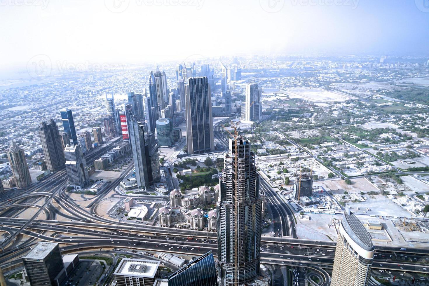uitzicht over Dubai stad vanaf de top van een toren. foto