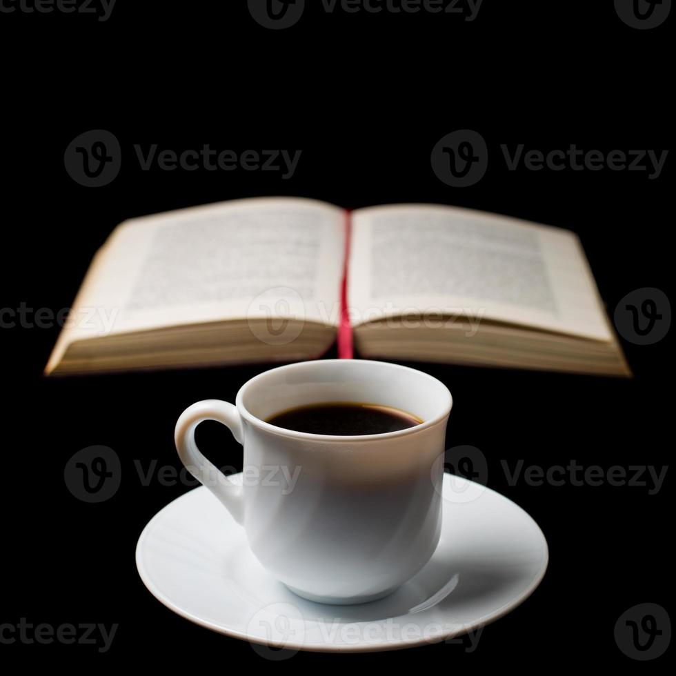 koffiekopje met oud boek foto