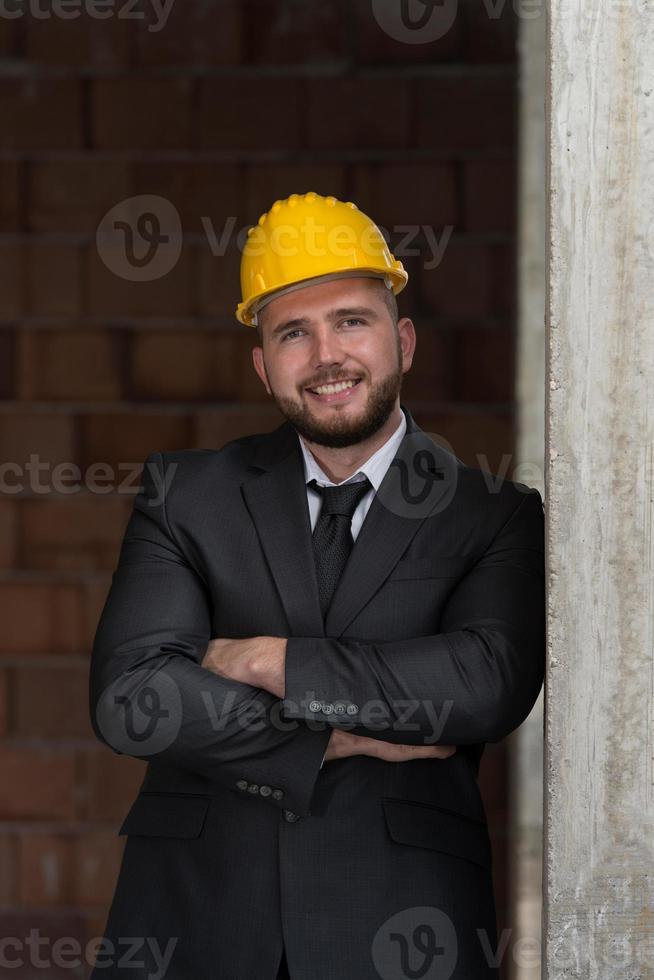 Kaukasische mannelijke bouwmanager met gevouwen wapens foto