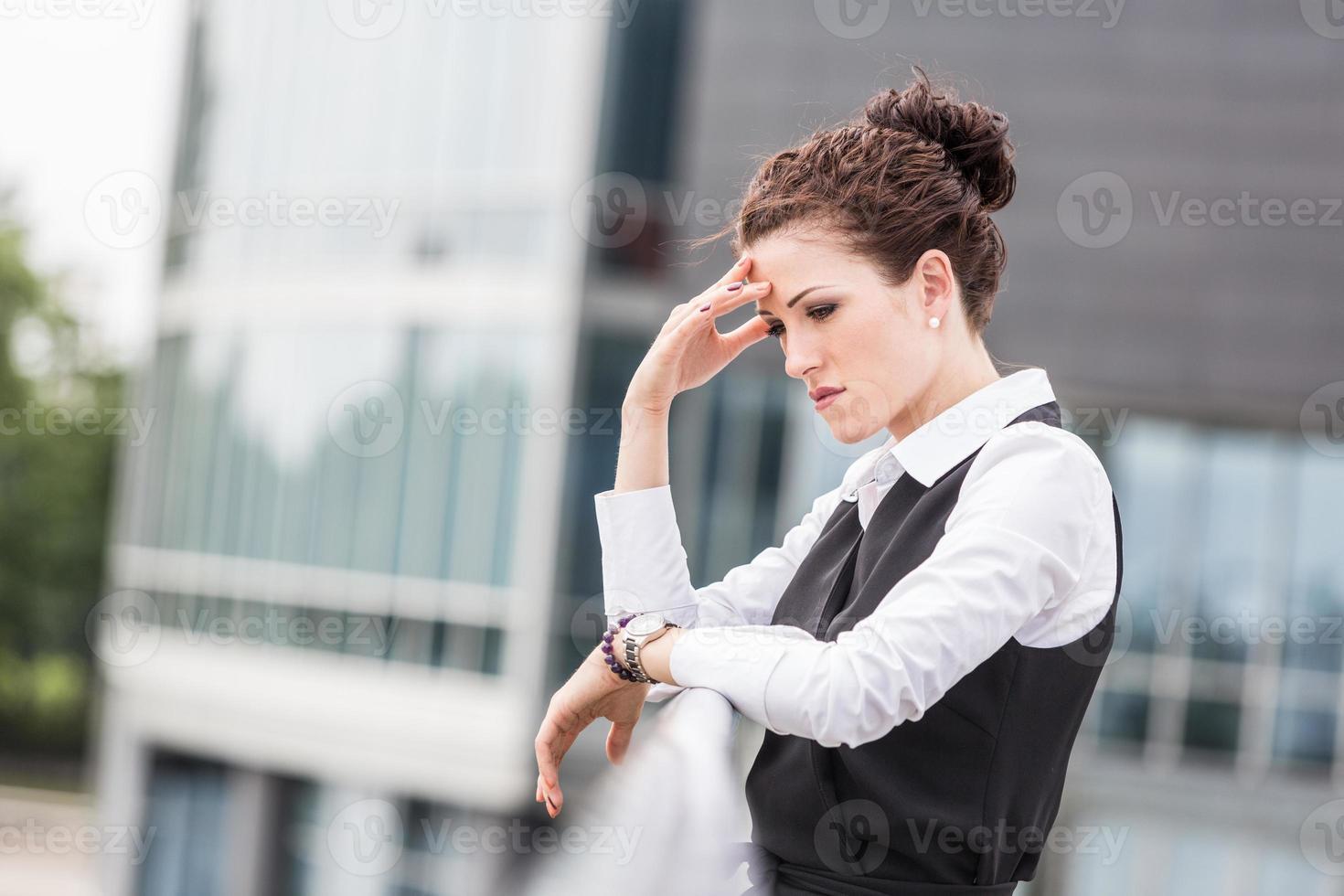 moe of depressief zakenvrouw buiten foto