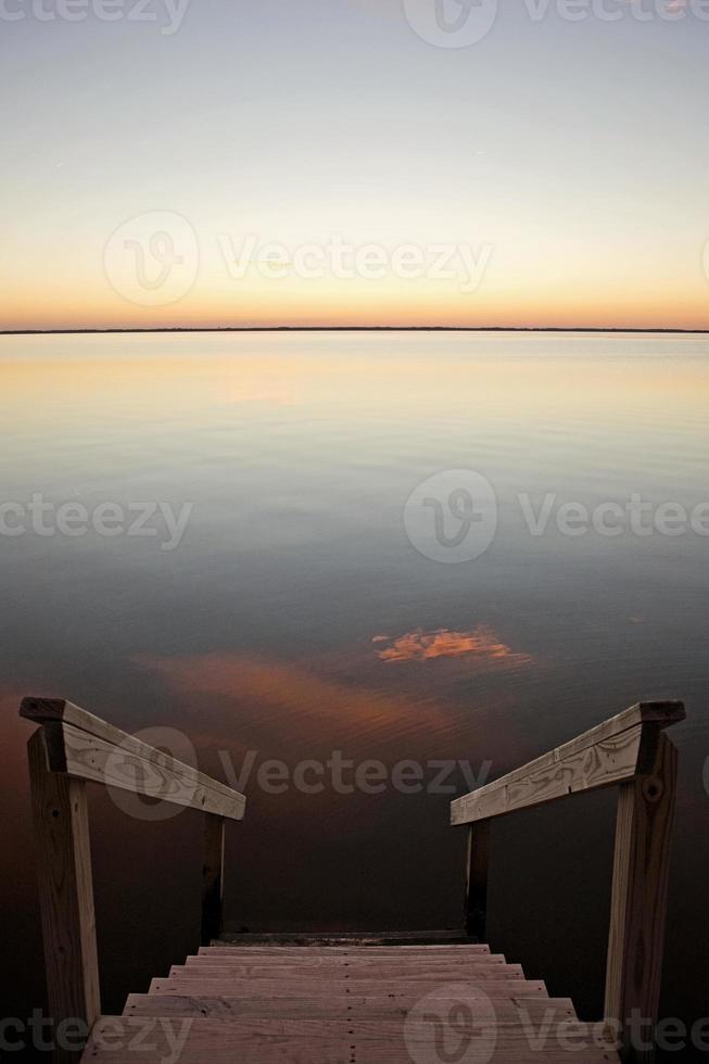 trap naar kalm water foto