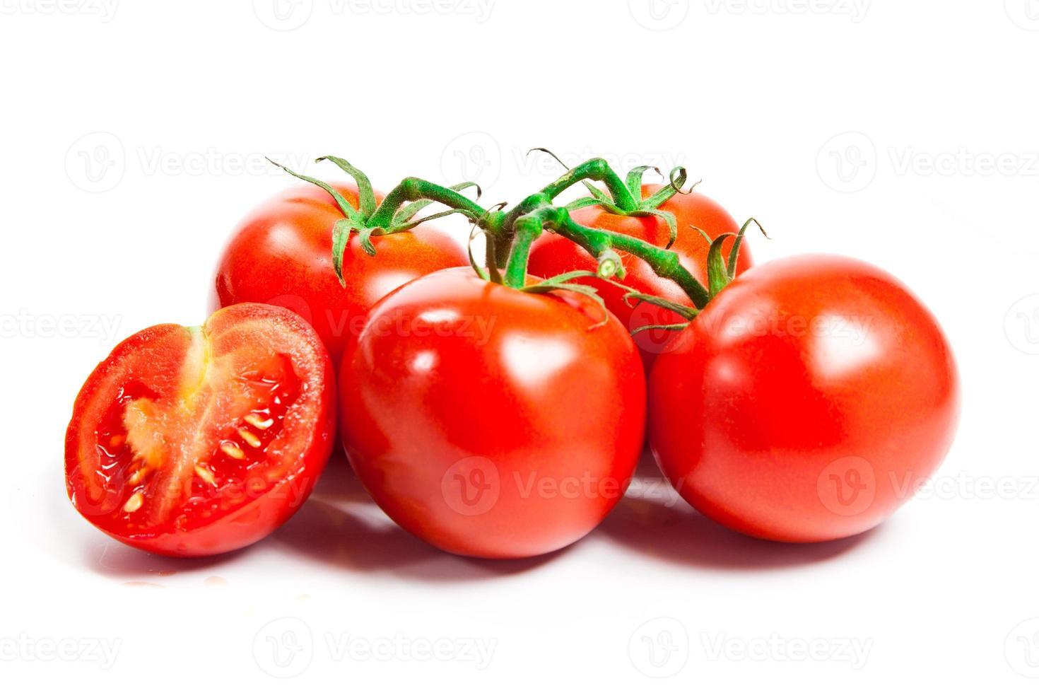 close-up van tomaten op de geïsoleerde wijnstok foto