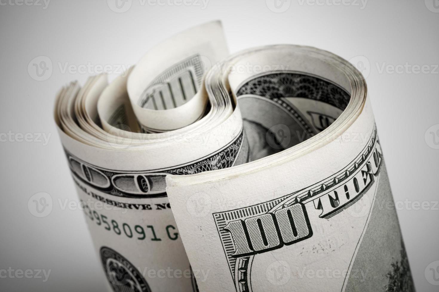 verdraaide Amerikaanse dollars, honderd usd bankbiljetten foto