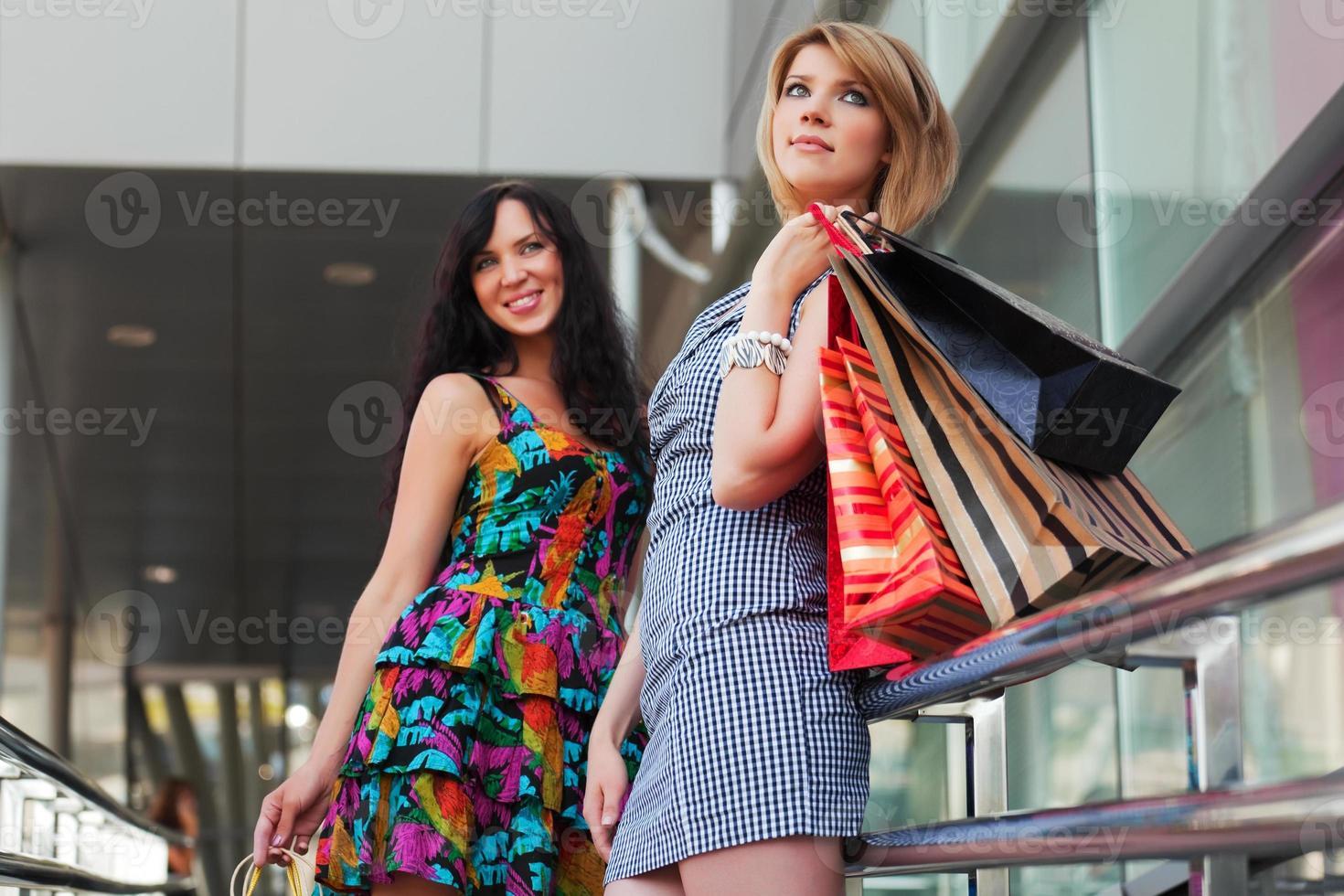 jonge vrouwen met boodschappentassen foto