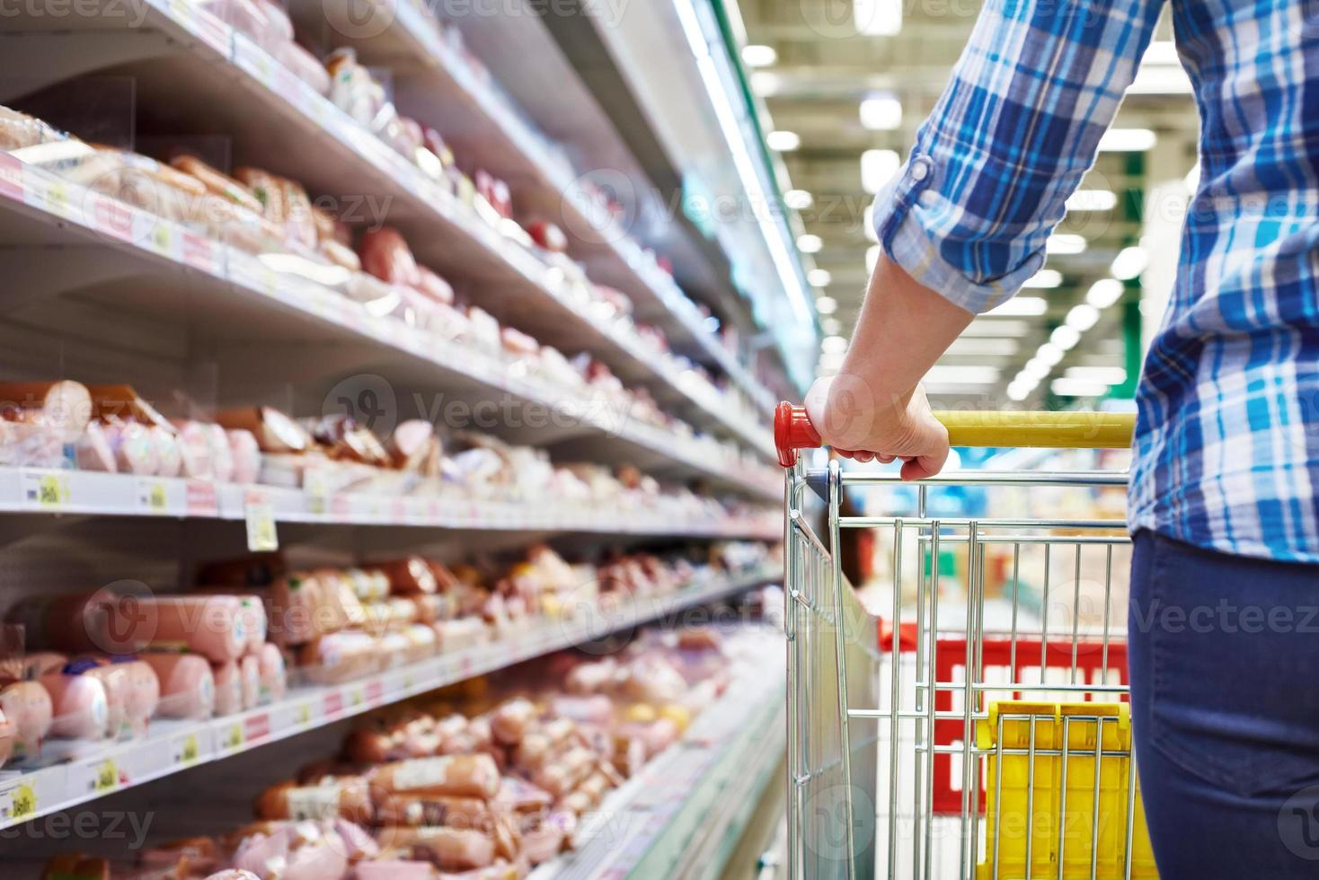 winkelwagen koper in de supermarkt foto