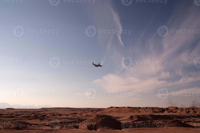 vliegtuig over woestijn foto