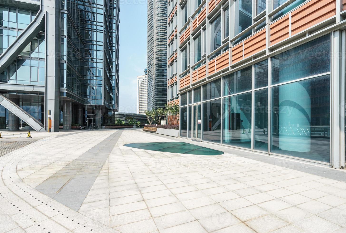 lege grond moderne gebouwen foto