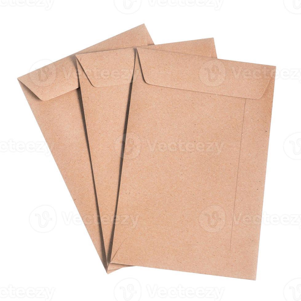 bruine enveloppen die op witte achtergrond worden geïsoleerd. foto