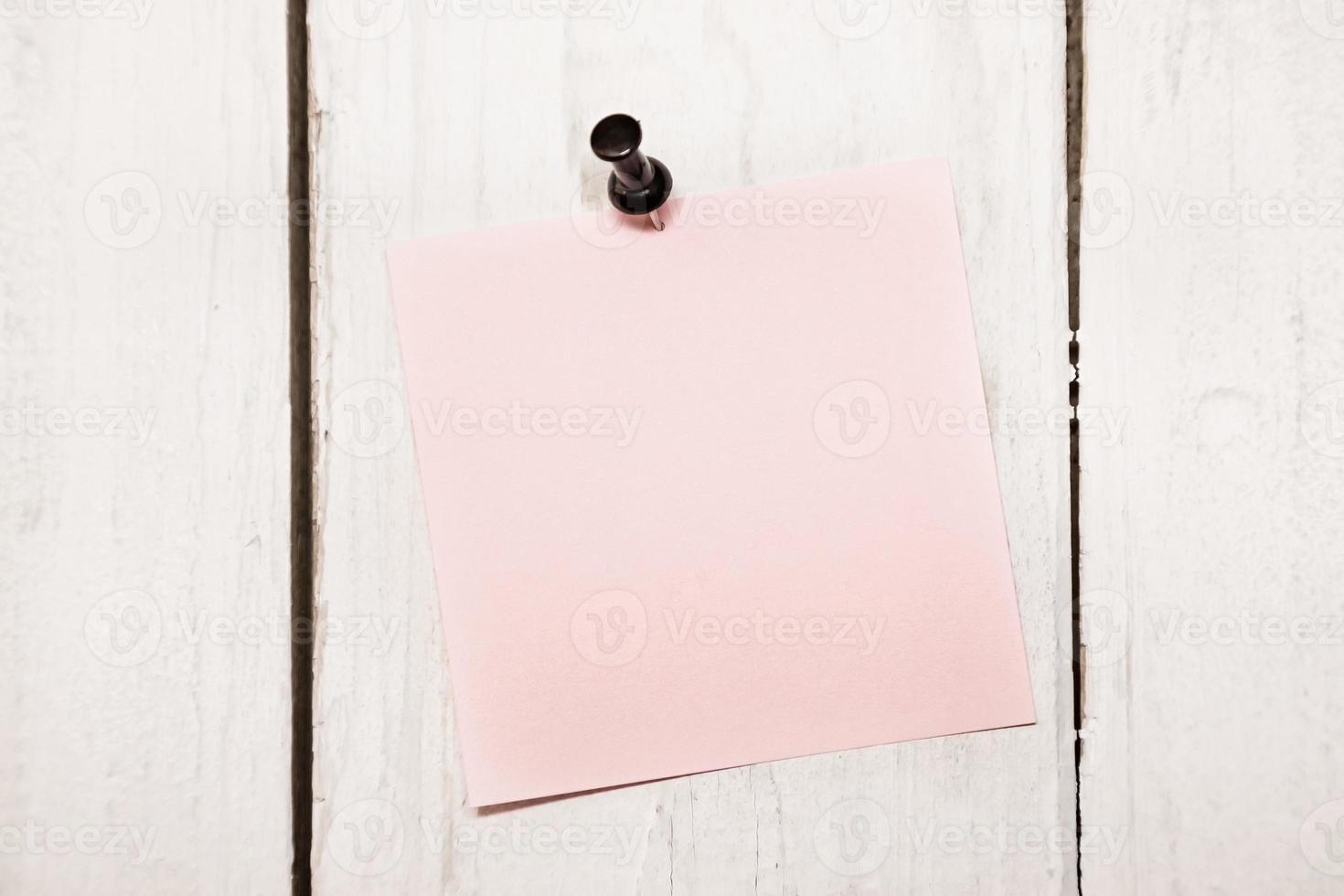 blanco notitie papier met pin foto