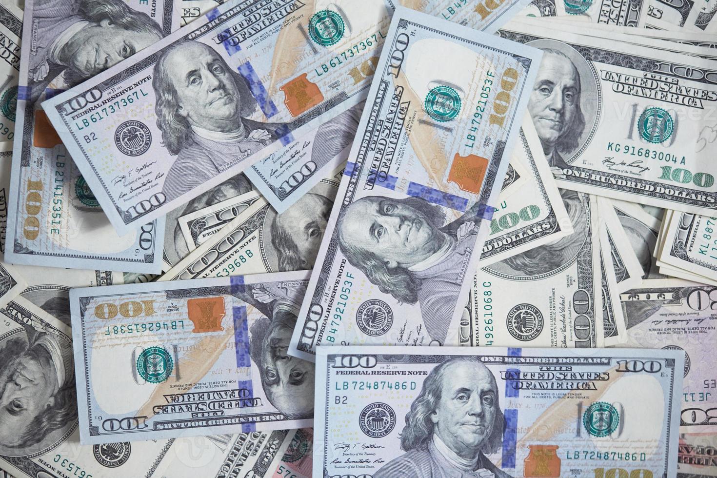 geld op een chaotische manier op de grond foto