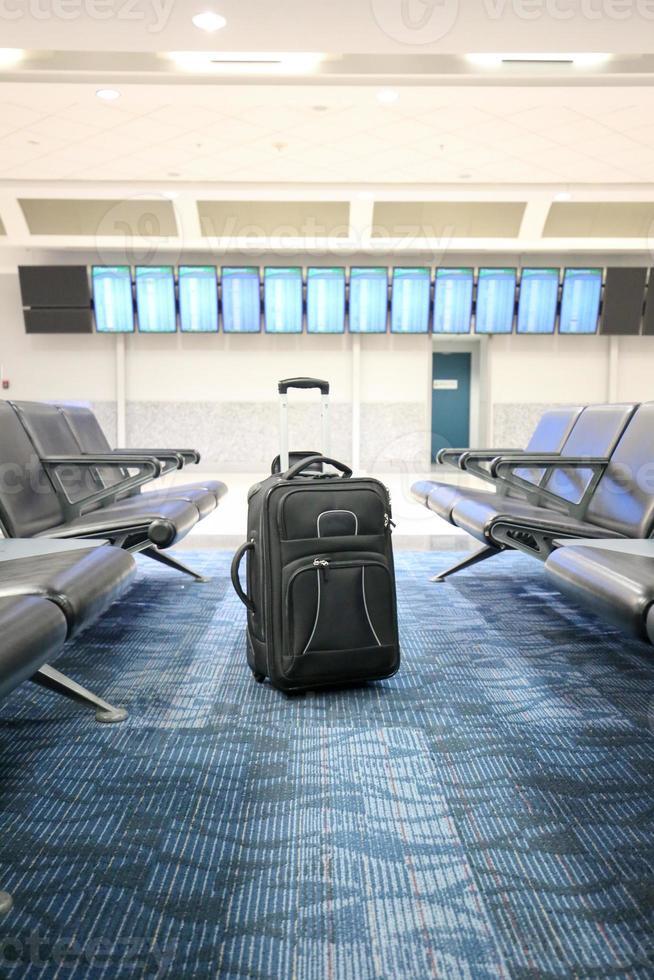 bagage koffer in de lobby van een luchthaven foto