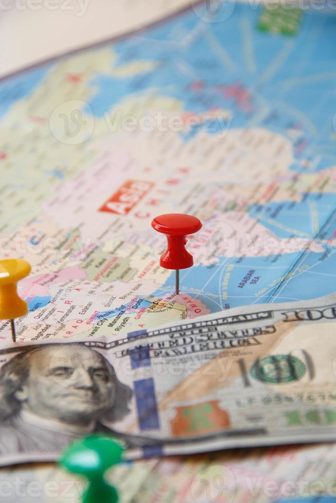 blauwe wereldkaart met kleurrijke rechte pin foto