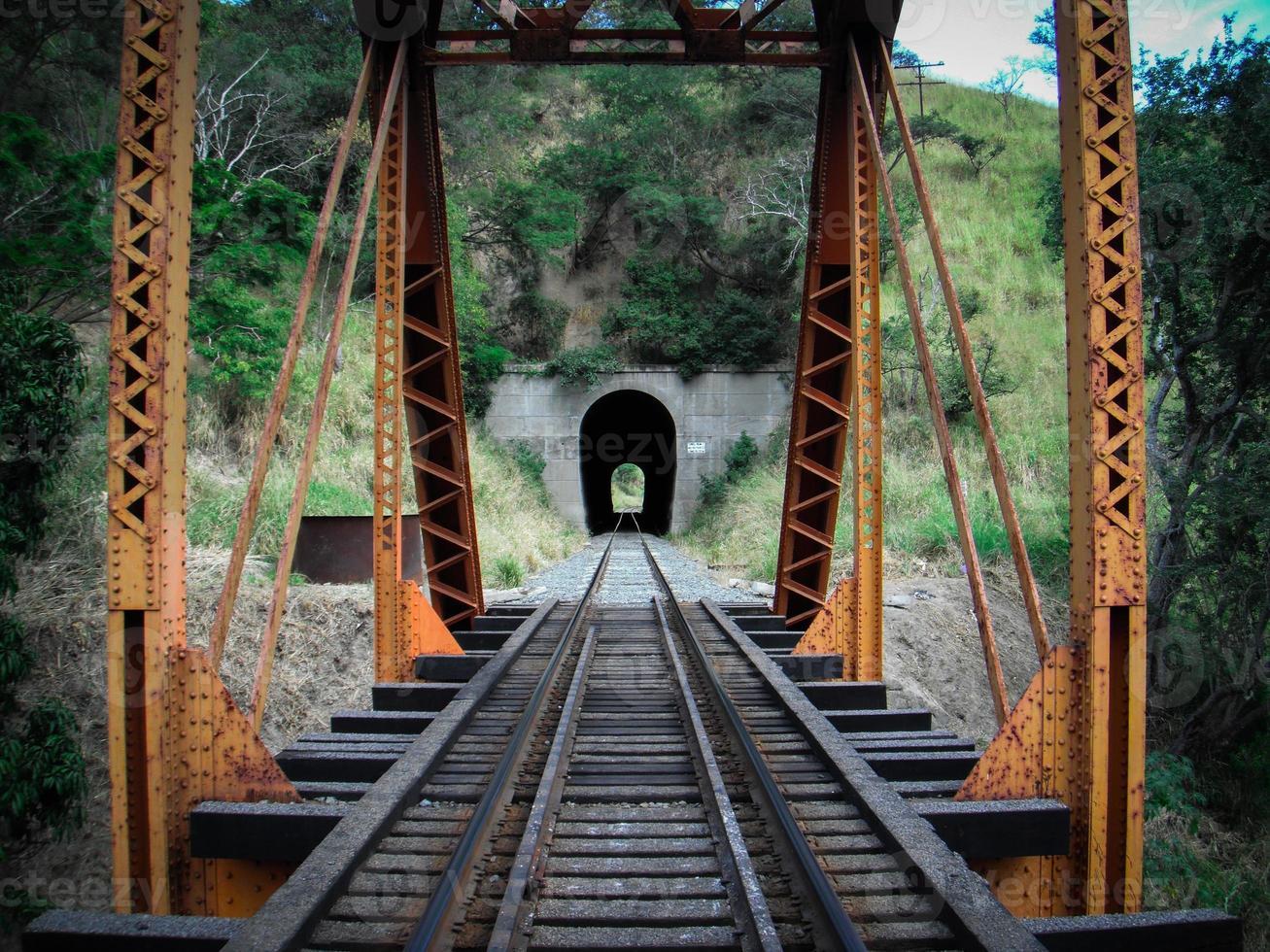 tunnel aan het einde van de brug foto