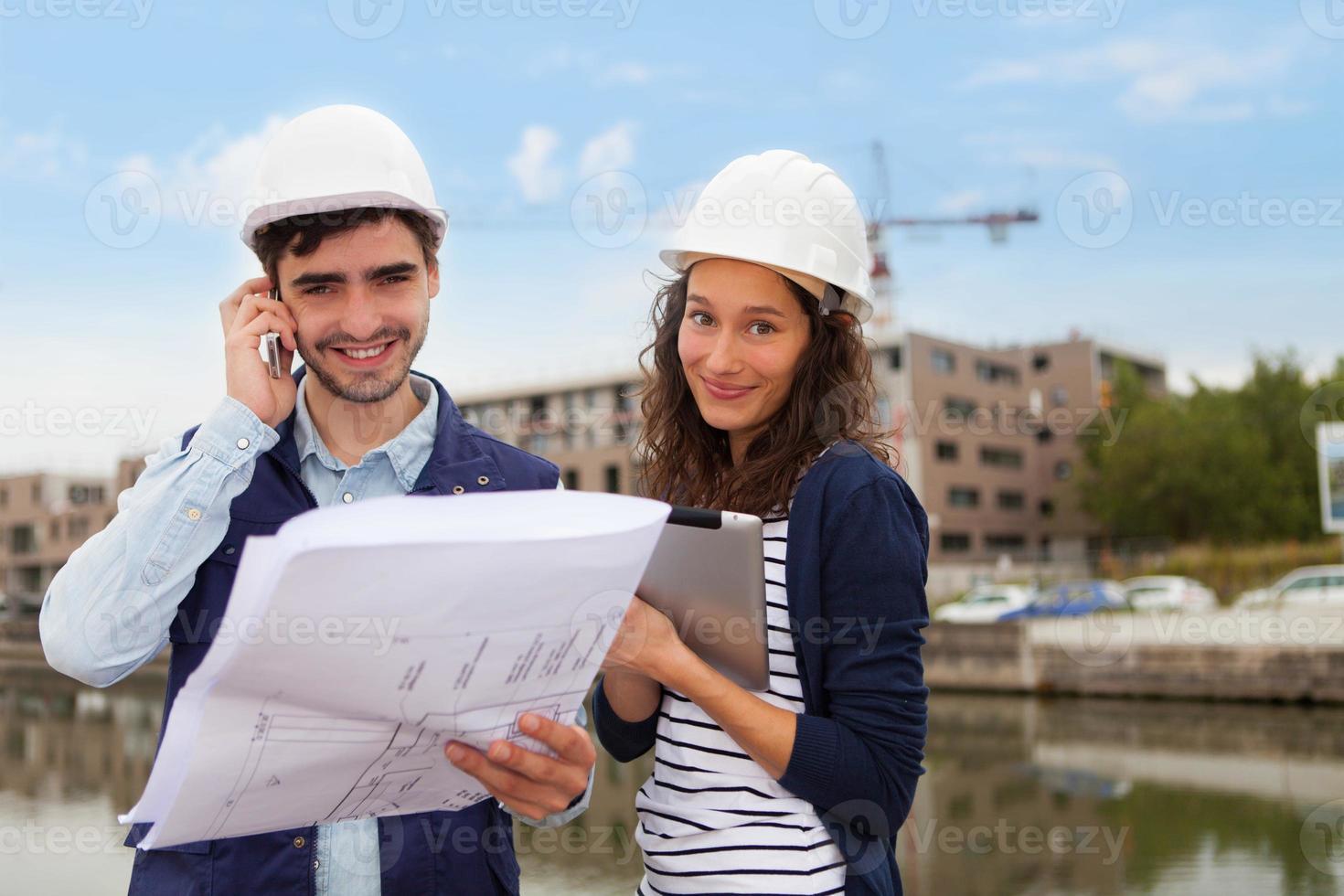 architect vrouw en bouwplaats supervisor foto