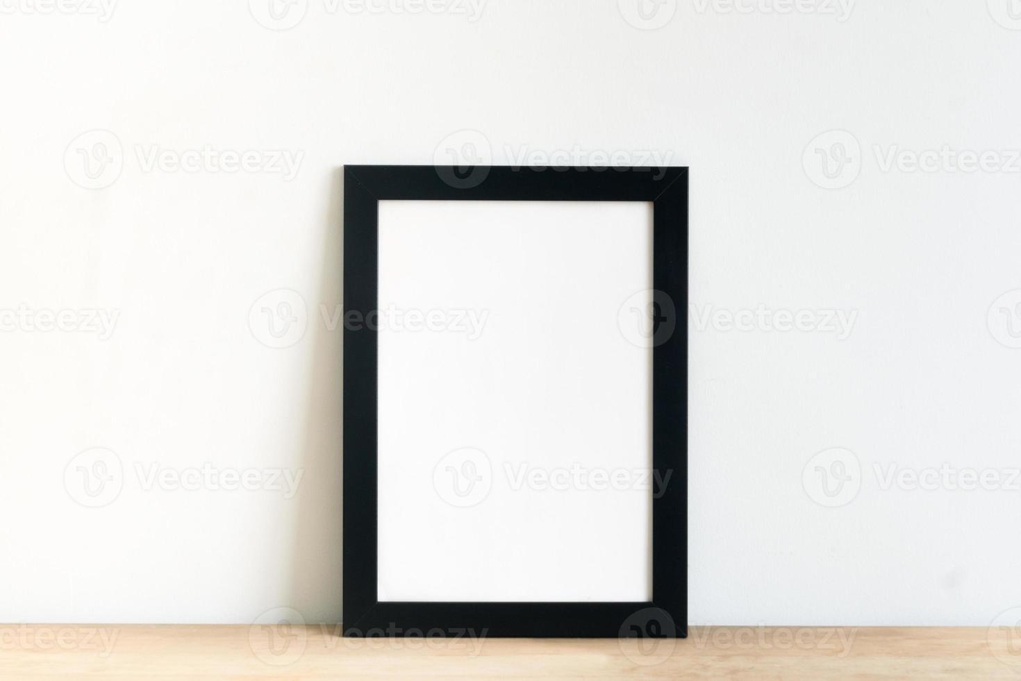 lege zwarte afbeeldingsframe op de witte interieur achtergrond foto